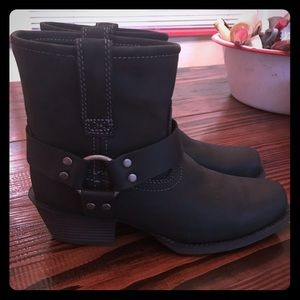Brand new women's Justin ankle boots.